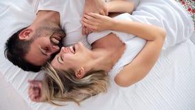 Coppie felici che hanno periodi romantici in camera da letto immagini stock libere da diritti