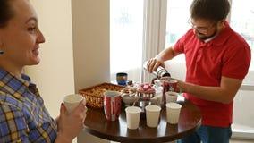 Coppie felici che mangiano un tè bevente della rottura dello spuntino stock footage