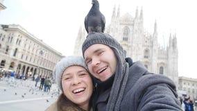 Coppie felici che prendono autoritratto con il piccione Concetto di relazione e di viaggio video d archivio