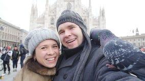 Coppie felici che prendono autoritratto con il piccione Concetto di relazione e di viaggio archivi video