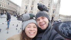Coppie felici che prendono autoritratto con il piccione Concetto di relazione e di viaggio stock footage