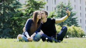 Coppie felici che prendono selfie facendo uso dello smartphone Uomo e donna che spendono tempo stock footage
