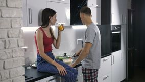 Coppie felici che preparano insieme prima colazione stock footage