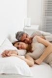 Coppie felici che riposano nel letto fotografie stock