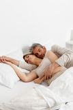 Coppie felici che riposano nel letto immagini stock