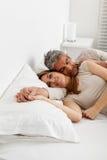 Coppie felici che riposano nel letto fotografia stock