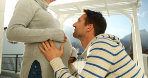 Coppie felici che ritengono la presenza di bambino in stomaco 4k stock footage