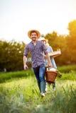 Coppie felici che ritornano dal giardino Fotografia Stock