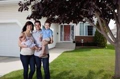 Coppie felici che si levano in piedi con i loro bambini Fotografie Stock