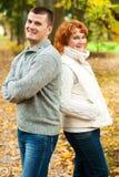 Coppie felici che si levano in piedi di nuovo alla parte posteriore Fotografie Stock Libere da Diritti