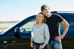 Coppie felici che si levano in piedi vicino all'automobile fotografie stock libere da diritti