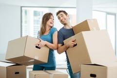 Coppie felici che si muovono nella loro nuova casa immagine stock