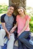 Coppie felici che si rilassano nel parco Fotografia Stock