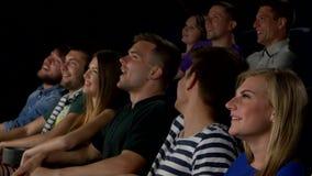Coppie felici che si siedono nel cinema, 3D di sorveglianza stock footage