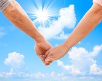 Coppie felici che si tengono per mano vicino su Immagine Stock