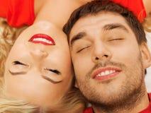 Coppie felici che si trovano a casa con gli occhi chiusi Immagini Stock Libere da Diritti