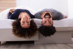 Coppie felici che si trovano a letto immagini stock libere da diritti