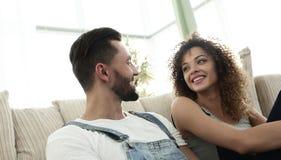 Coppie felici che sognano in un nuovo appartamento immagini stock libere da diritti