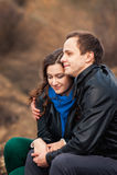 Coppie felici che sorridono all'aperto nelle montagne Immagine Stock