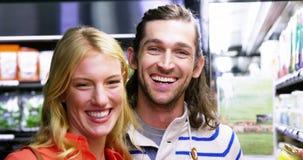 Coppie felici che stanno nel supermercato video d archivio