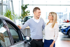 Coppie felici che vanno comprare un'automobile Immagini Stock Libere da Diritti