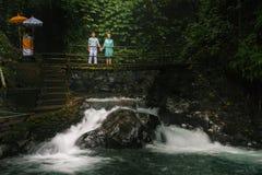 Coppie felici che viaggiano a Bali, al fiume del ponte, Ubud honeymoon Fotografie Stock