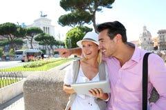 Coppie felici che visitano Roma fotografia stock libera da diritti