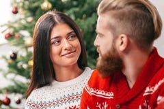 Coppie felici a christmastime fotografia stock
