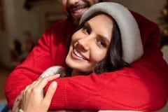 Coppie felici a christmastime fotografie stock libere da diritti