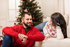 Coppie felici a christmastime immagine stock libera da diritti