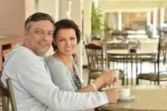 Coppie felici con caffè Fotografia Stock