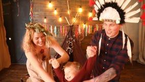 Coppie felici con divertiresi del bambino video d archivio