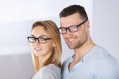 Coppie felici con gli occhiali alla moda Immagini Stock Libere da Diritti