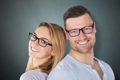 Coppie felici con gli occhiali alla moda Immagine Stock Libera da Diritti