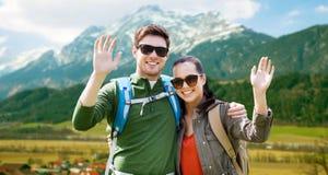 Coppie felici con gli zainhi che viaggiano in altopiani Immagini Stock Libere da Diritti