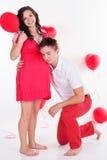 Coppie felici con i palloni di forma del cuore Fotografie Stock