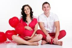 Coppie felici con i palloni rossi di forma del cuore Fotografie Stock