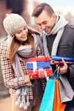 Coppie felici con i regali di Natale Immagini Stock Libere da Diritti