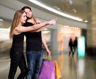 Coppie felici con i sacchetti di acquisto Immagini Stock