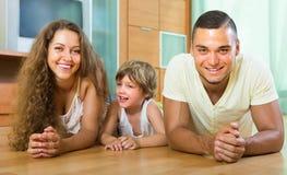 Coppie felici con il bambino a casa Fotografia Stock Libera da Diritti
