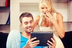 Coppie felici con il computer del pc della compressa Fotografia Stock Libera da Diritti