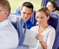 Coppie felici con il pc della compressa in bus di viaggio Fotografie Stock Libere da Diritti
