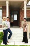 Coppie felici con l'agente immobiliare Fotografia Stock Libera da Diritti