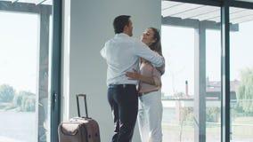 Coppie felici con la borsa che caming di nuovo a casa Coppie di viaggio con la valigia stock footage