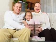 Coppie felici con la figlia a casa Fotografie Stock Libere da Diritti