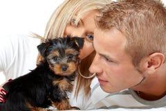 Coppie felici con un cucciolo Fotografie Stock Libere da Diritti
