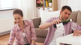 Coppie felici con vino ed alimento asportabile a casa video d archivio