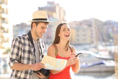 Coppie felici dei turisti che godono del viaggio di vacanza fotografie stock libere da diritti