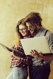 Coppie felici del nerd degli studenti che sorridono in vetri del geek fotografie stock