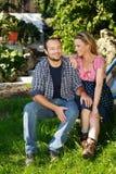 Coppie felici dell'agricoltore che si rilassano nel paese Fotografie Stock Libere da Diritti